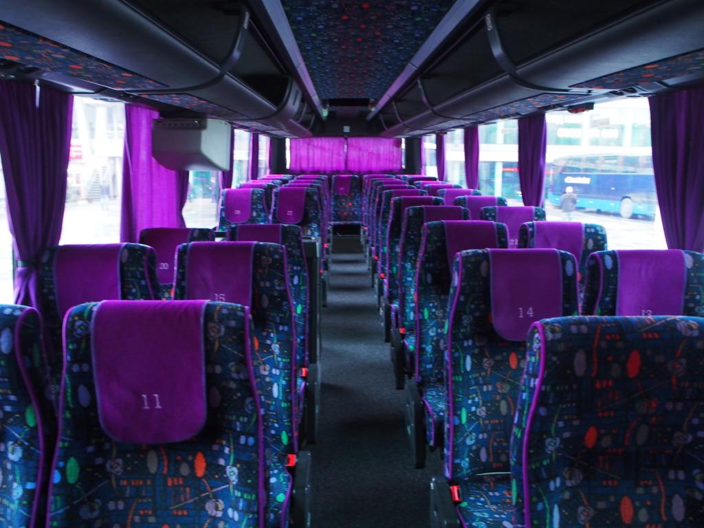 紫色ベースでムーディーな車内