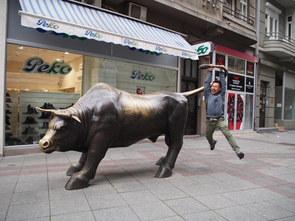 スコピエの牛の銅像と旦那さん