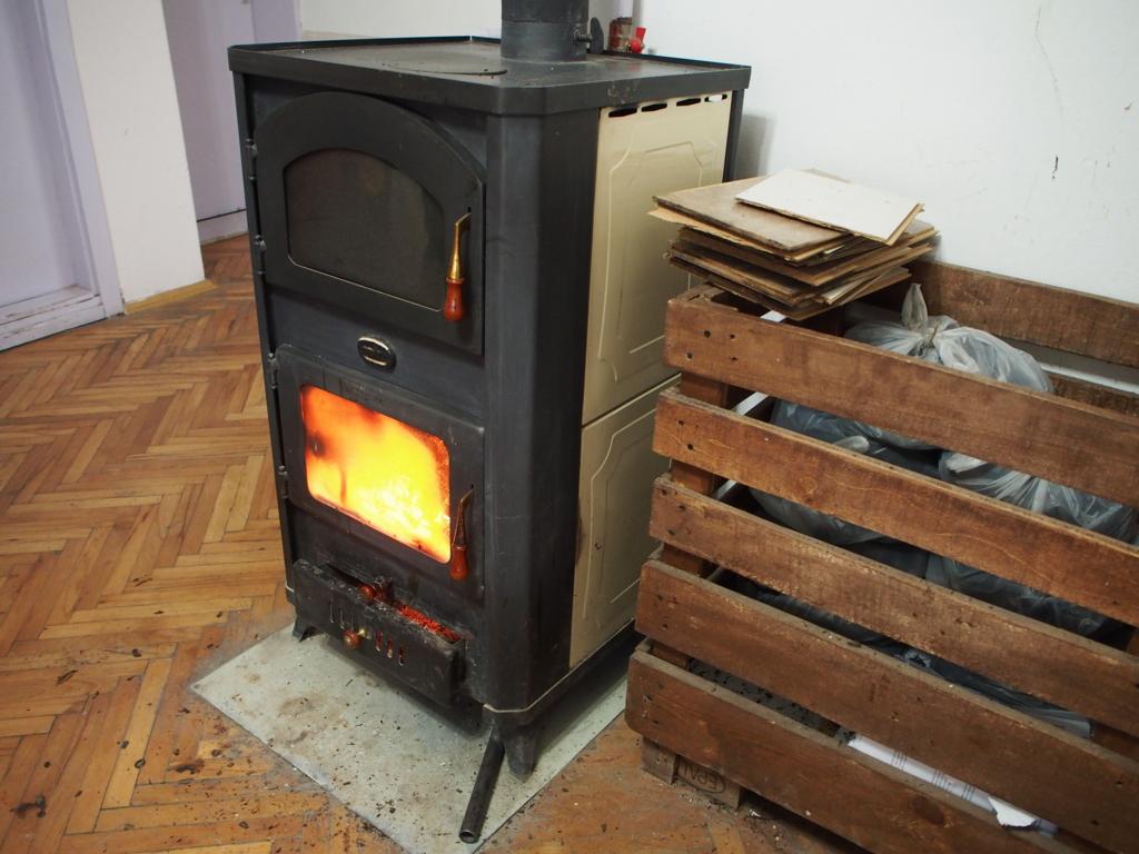 キッチンにある暖炉の様子