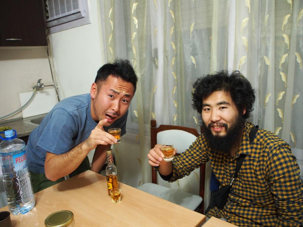 日本人の旅人さんと乾杯する楽しいひと時