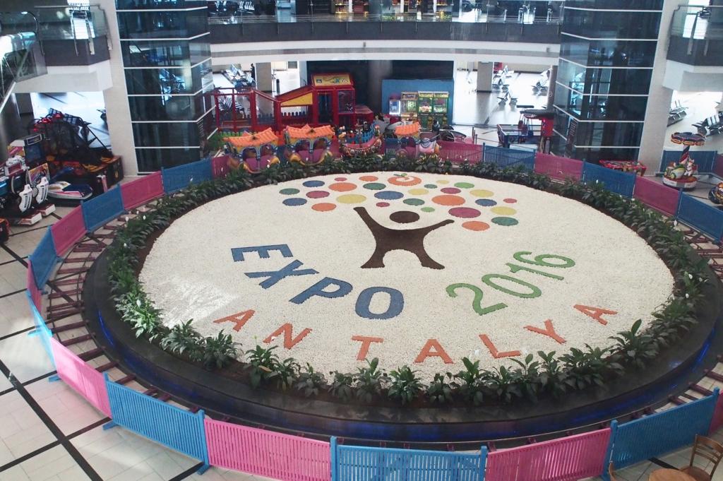 アンタルヤ空港のEXPOのモニュメント