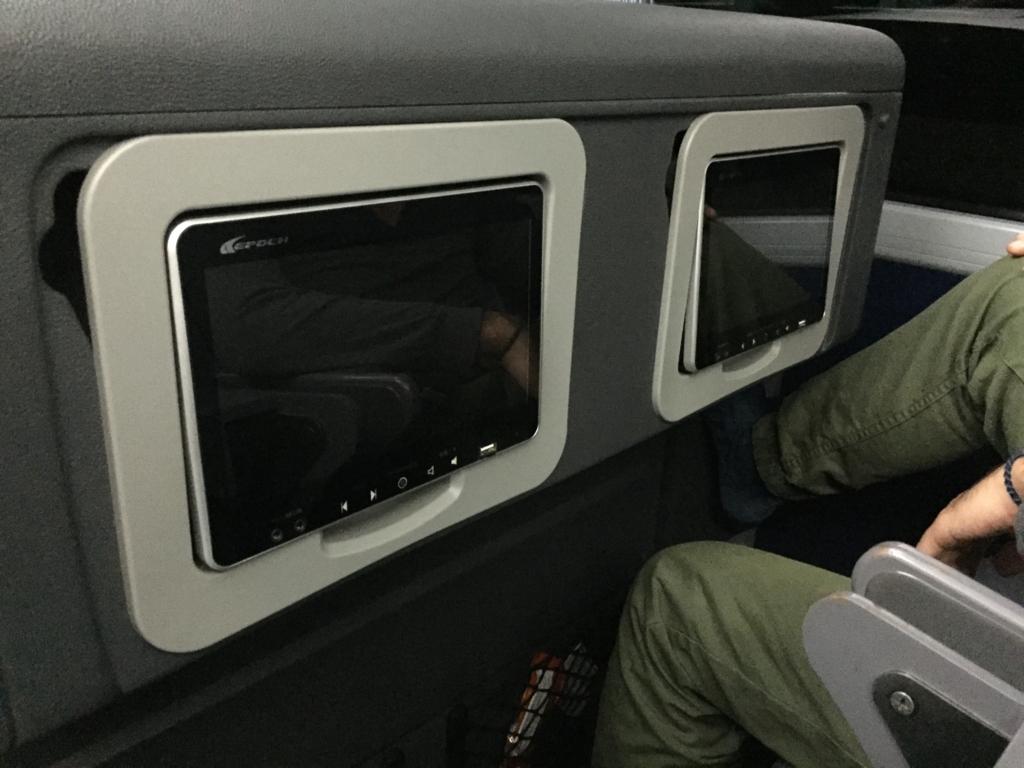 各座席前にある液晶モニター