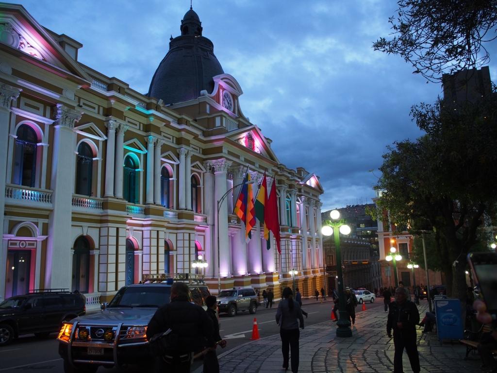 ムリリョ広場に面した国会議事堂