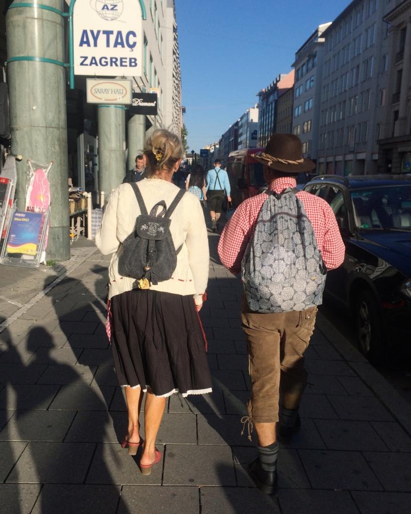 ミュンヘンの街で見かけた民族衣装を着た素敵なご夫婦