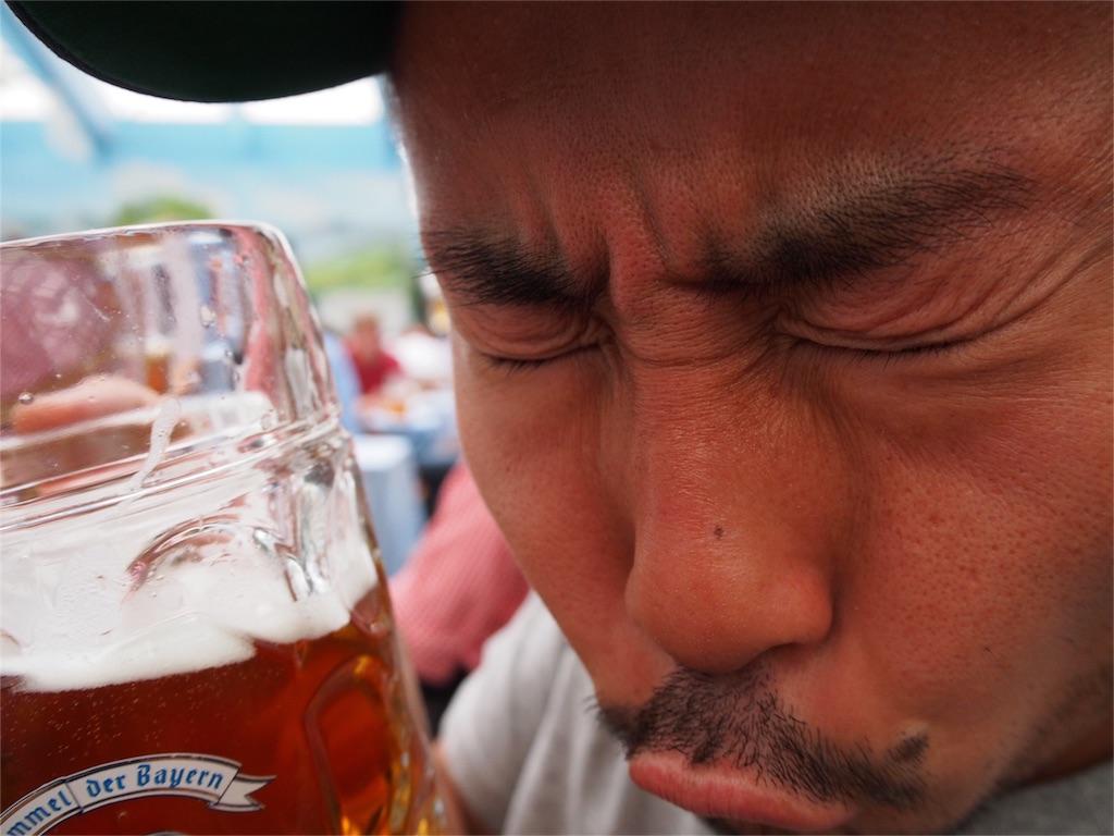 旦那さんビールをグビグビ...