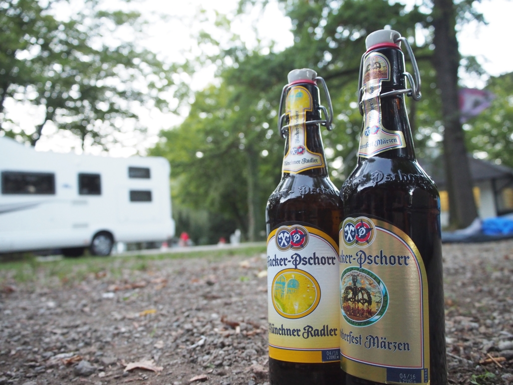 オクトーバーフェストのキャンプサイトの前でフェストビア