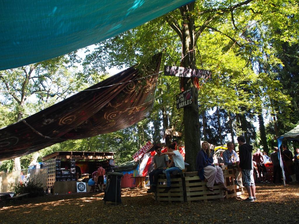 オクトーバーフェストのキャンプサイト内の広場