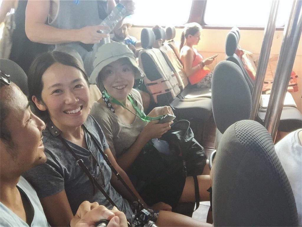 3人で座れる席を確保していざパンガン島へ