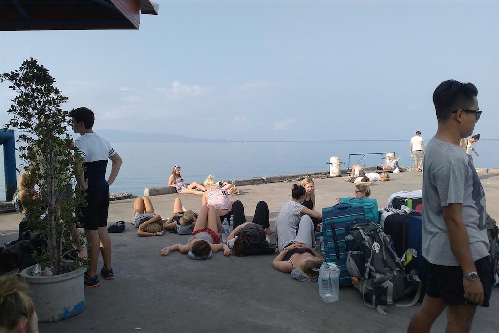 パンガン島の港にはフルムーンパーティーで撃沈した人たちがたくさん
