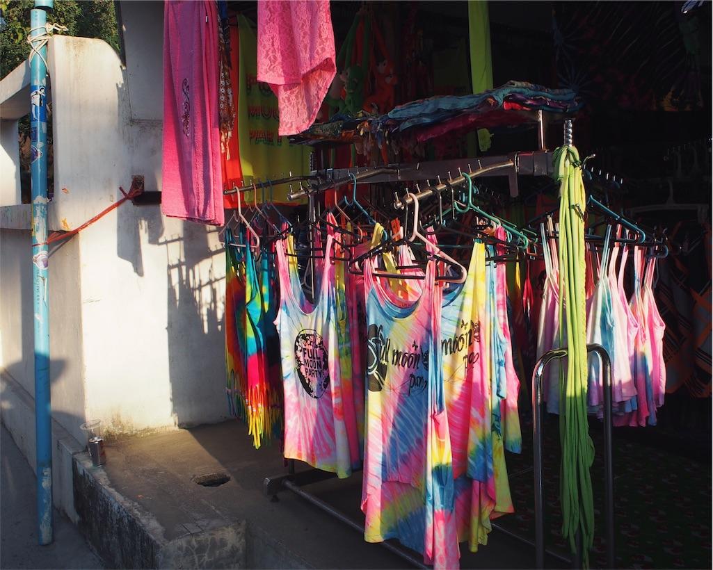 フルムーンパーティーの会場近くには蛍光色の服がたくさん
