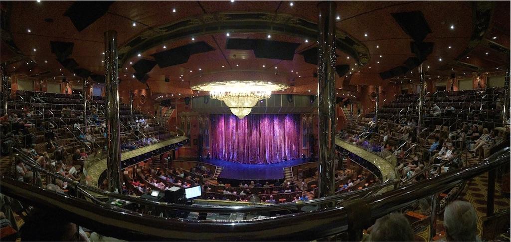 船内には広い劇場があったり...
