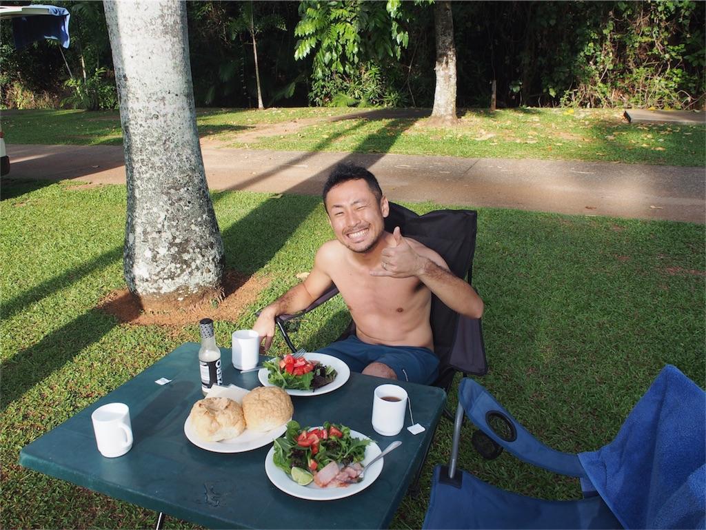 キャンプ場でアウトドアな朝食