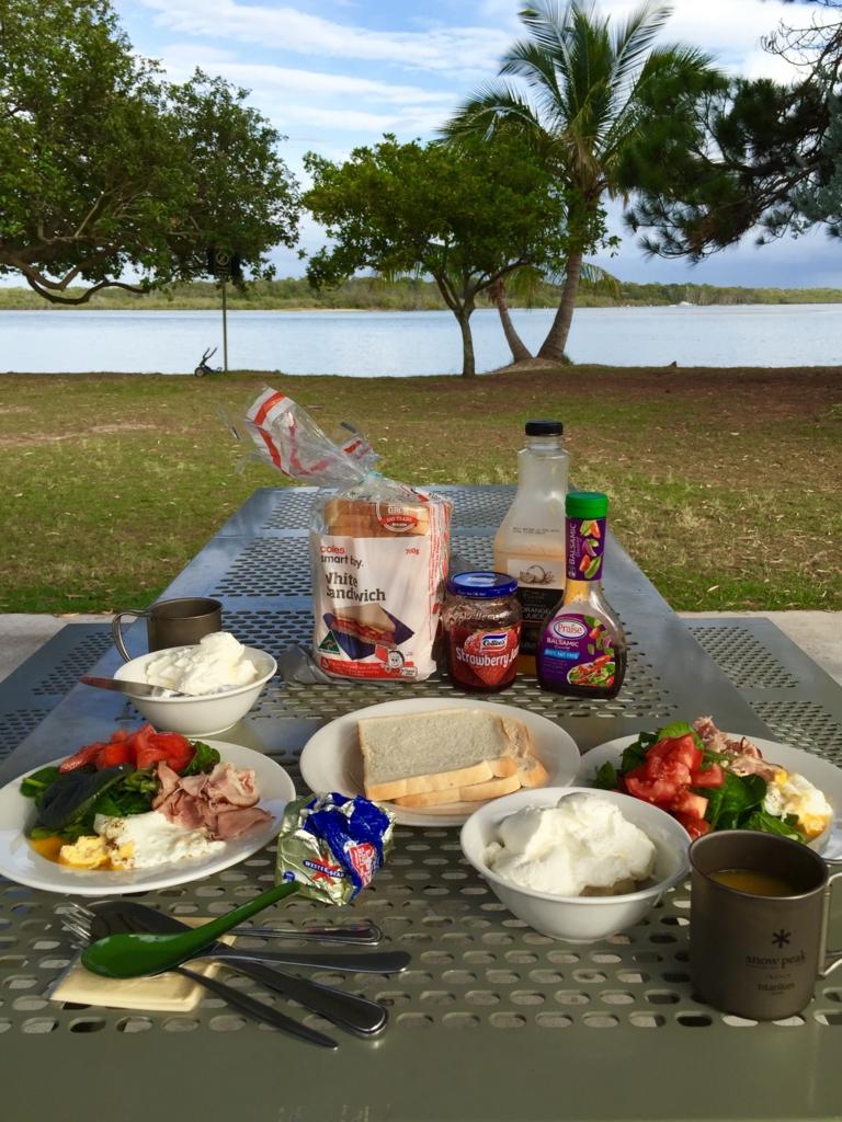 川辺で食べる朝食はおいしい♡
