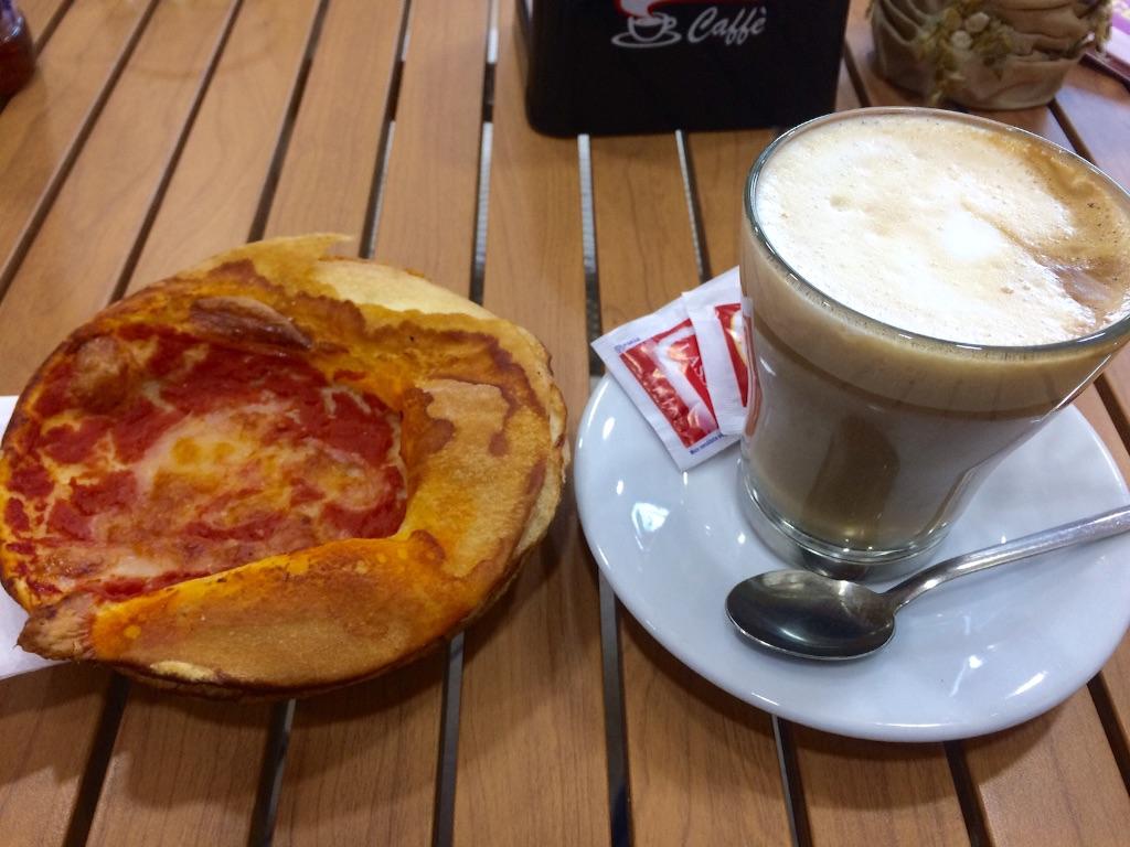 駅前のカフェで朝ごはんタイム