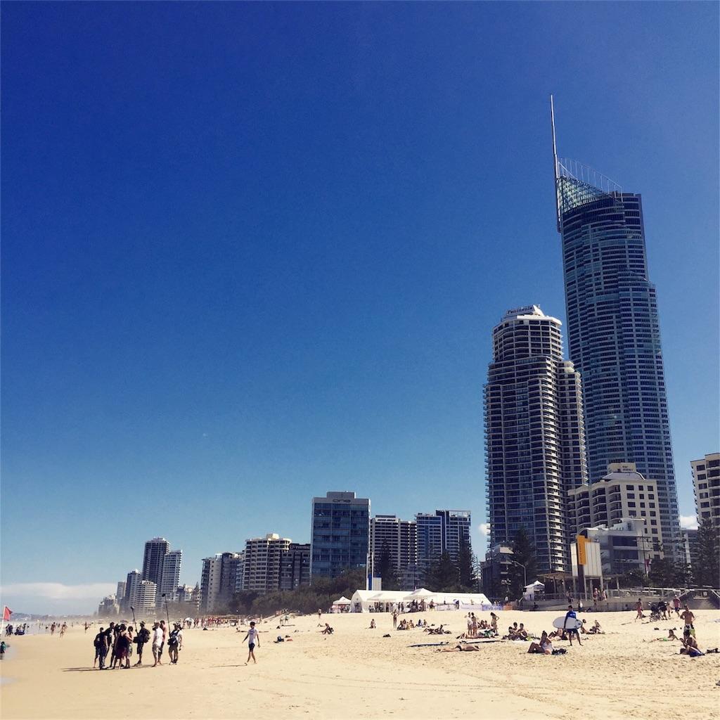 長く続くビーチとビルのコントラストが楽しいゴールドコースト