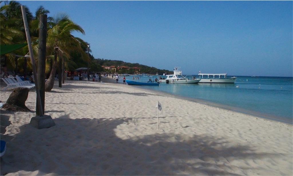 ロアタン島の美しいビーチ