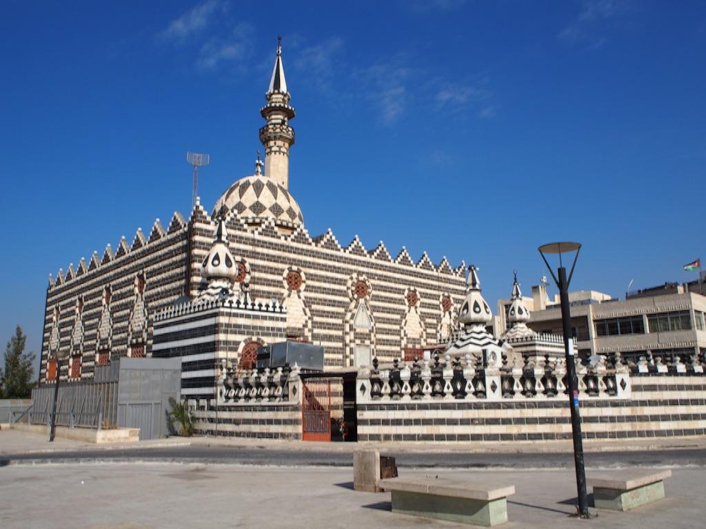 白黒でインパクト大のモスク外観