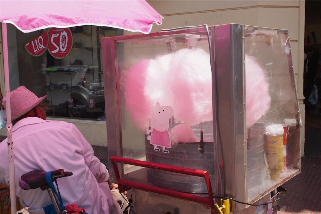 綿菓子を売っているおじさんもピンク色
