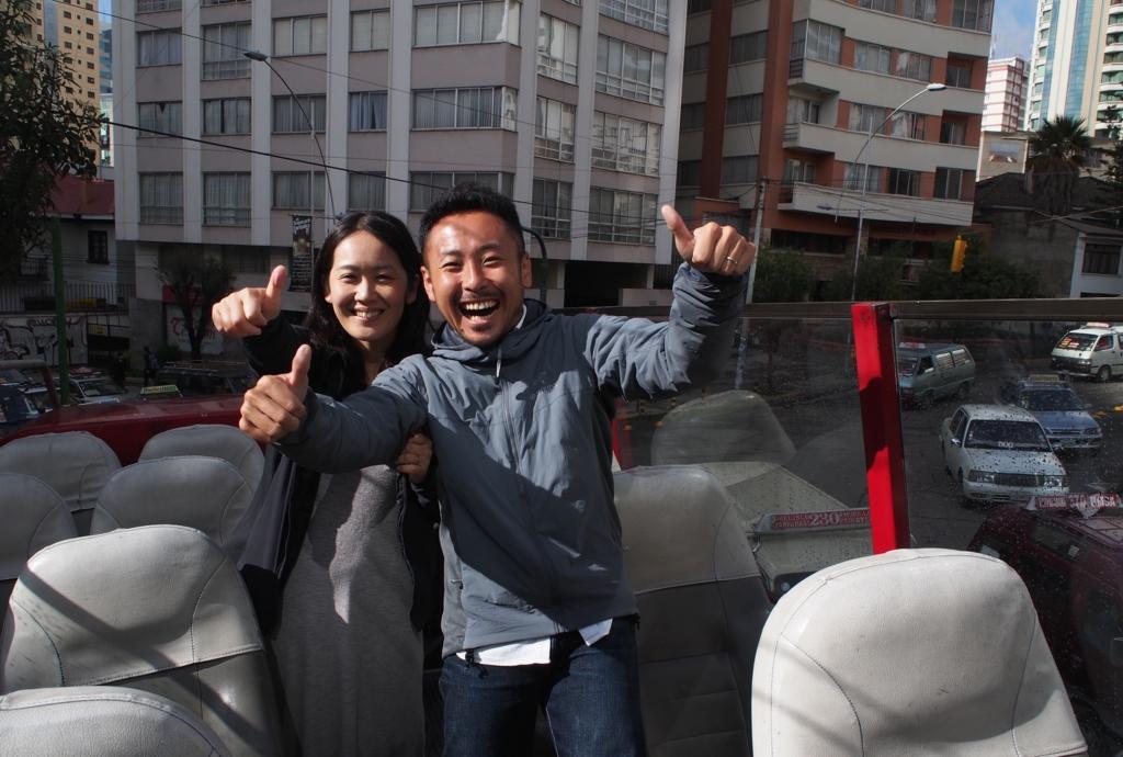 ラパスの街を観光バスに乗って出発