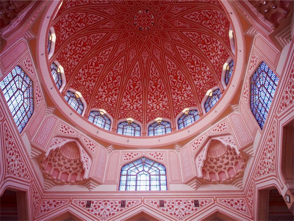 天井のドームの色や細かな装飾