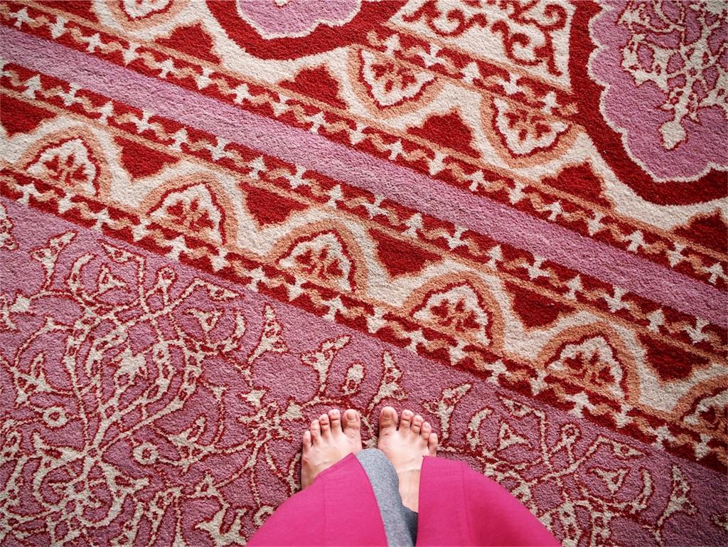 ペルシャ絨毯もローブもかわいいピンク色