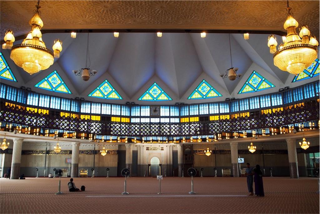 ぐるりと取り巻くステンドグラスが美しい国立モスク