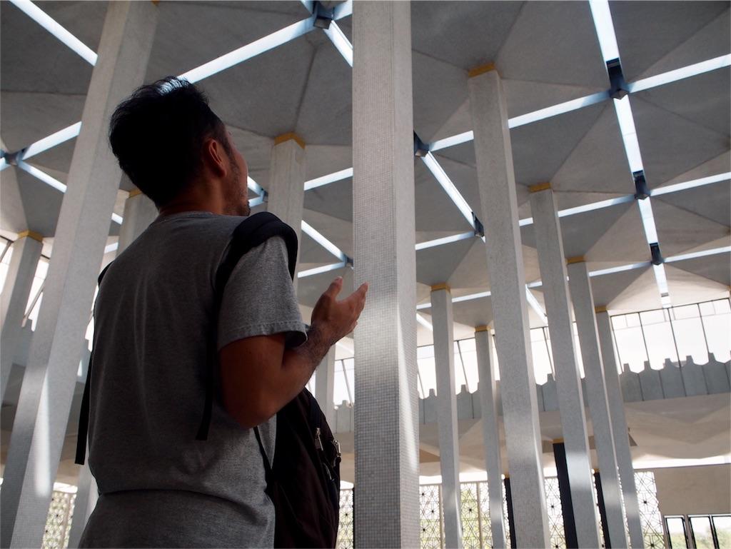 イスラム教のお祈りのポーズを伝授されるの巻