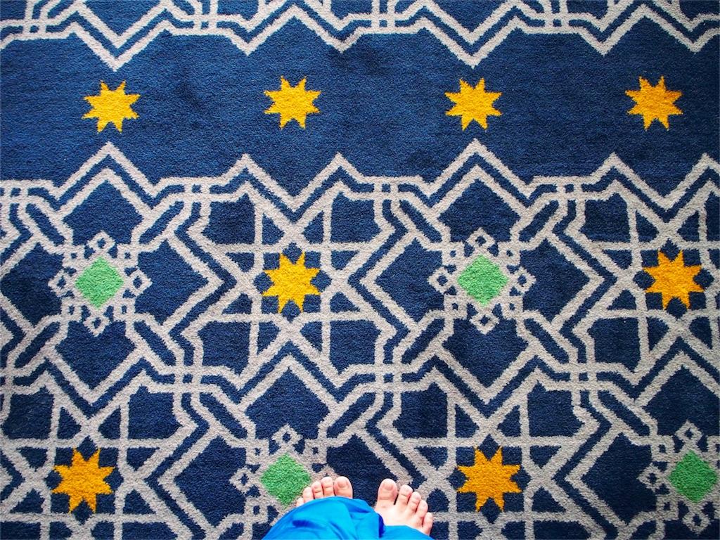 ペルシャ絨毯もローブも綺麗なブルー