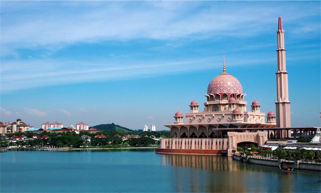 湖畔に佇むかわいいピンクモスク