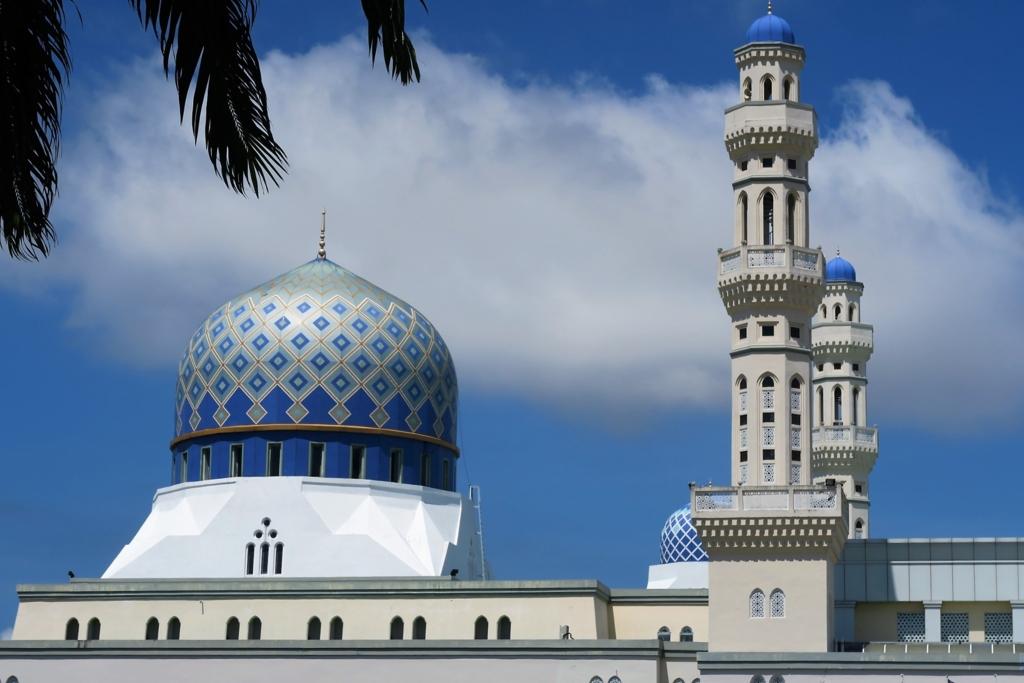 白と青のコントラストが美しいブルーモスク