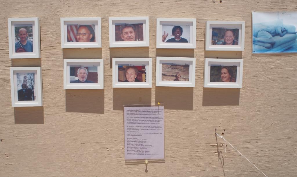 サルベーションマウンテンに飾られている写真