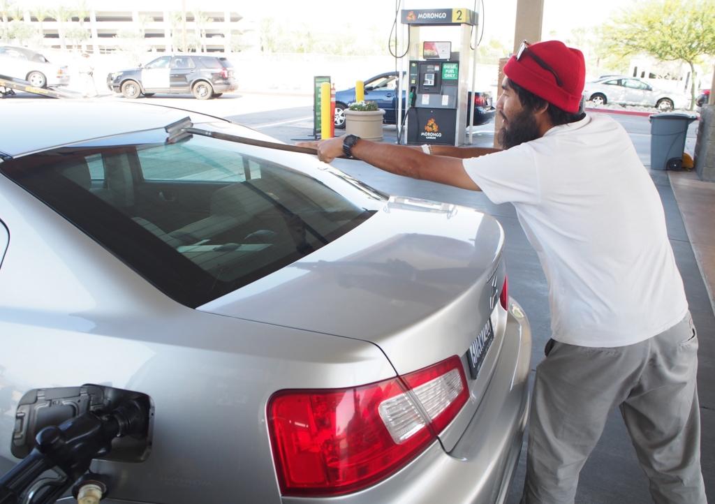 ガソリンスタンドでお掃除ごっこ(笑)