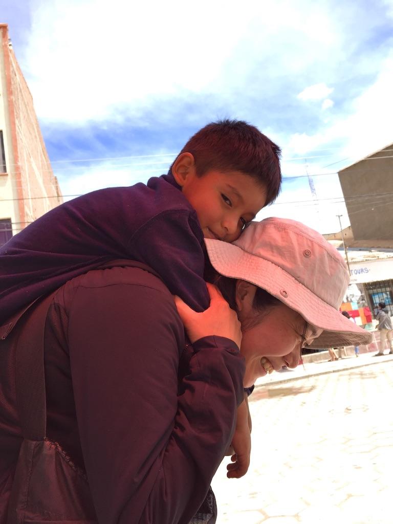 ボリビア ウユニの街で子どもと戯れる