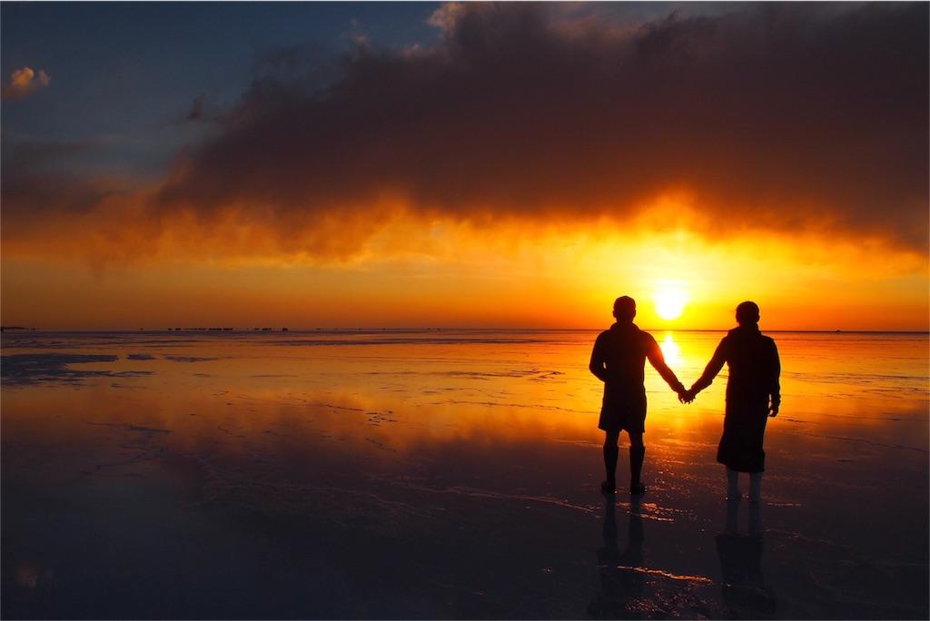 色鮮やかなウユニ塩湖の夕焼け