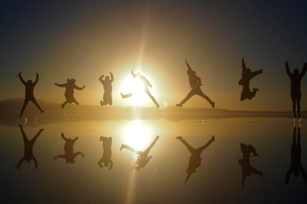 ウユニ塩湖 夜明けにみんなでジャンプ