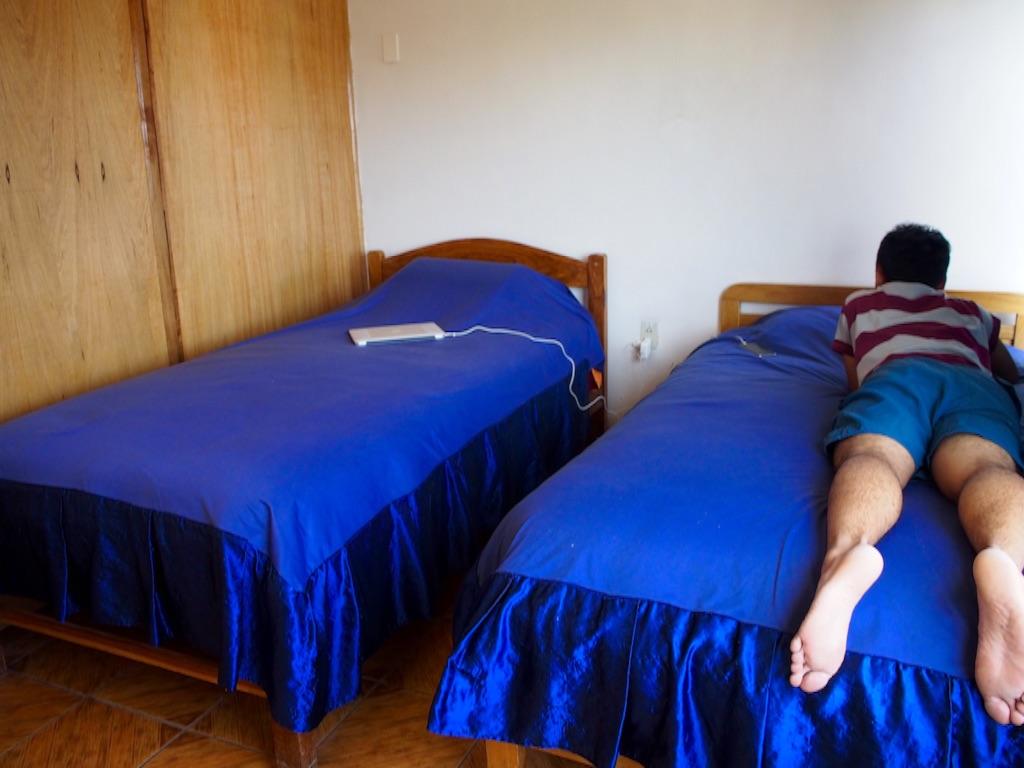 ウユニの宿 ツインルーム 隣のとの壁はベニア板