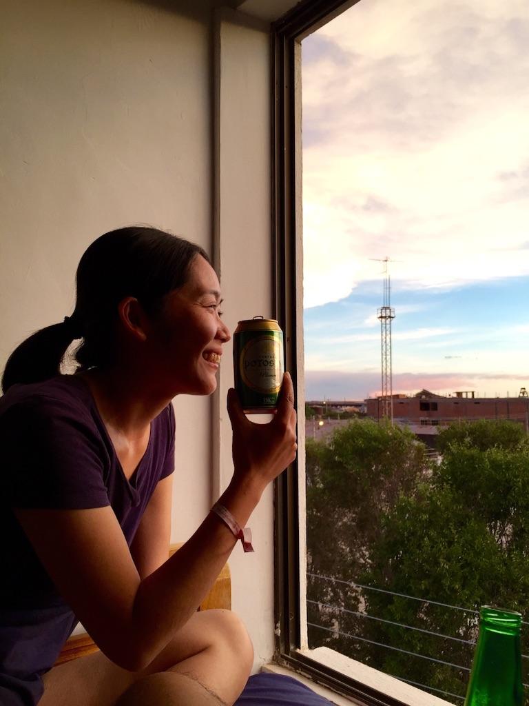 ウユニの宿 夕焼けを見ながらビール