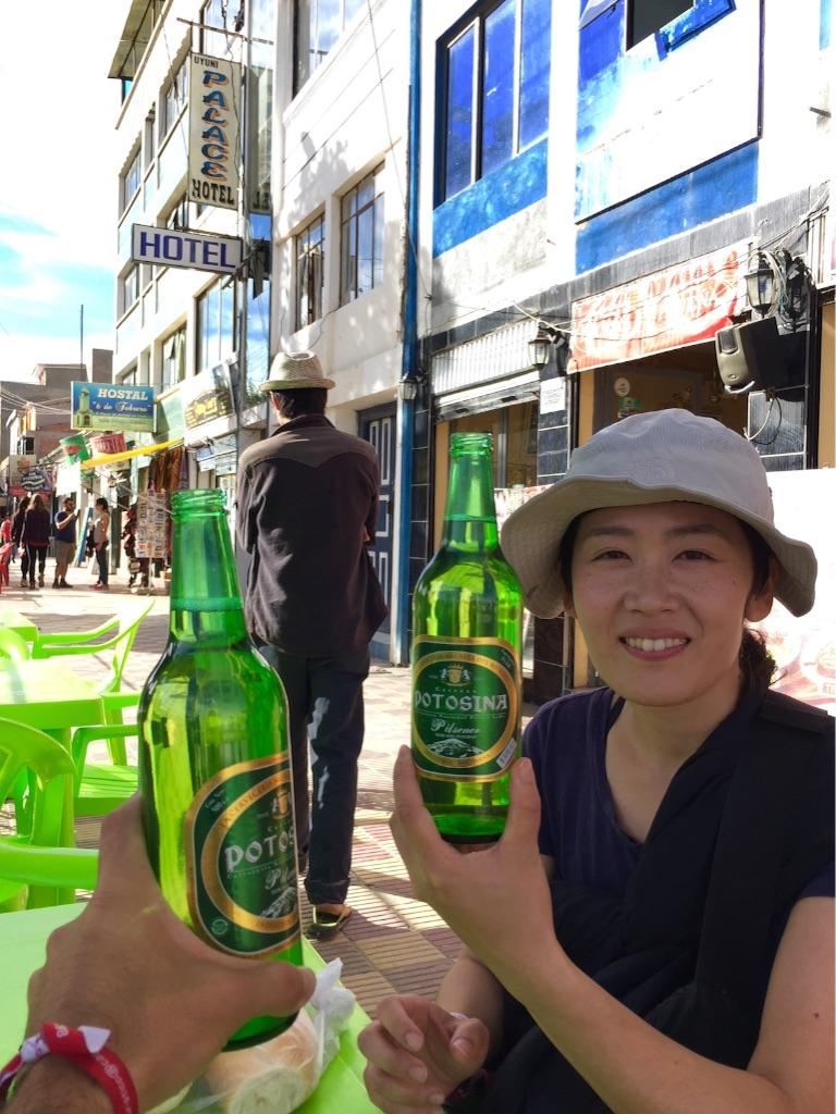 ウユニの町 外でビール