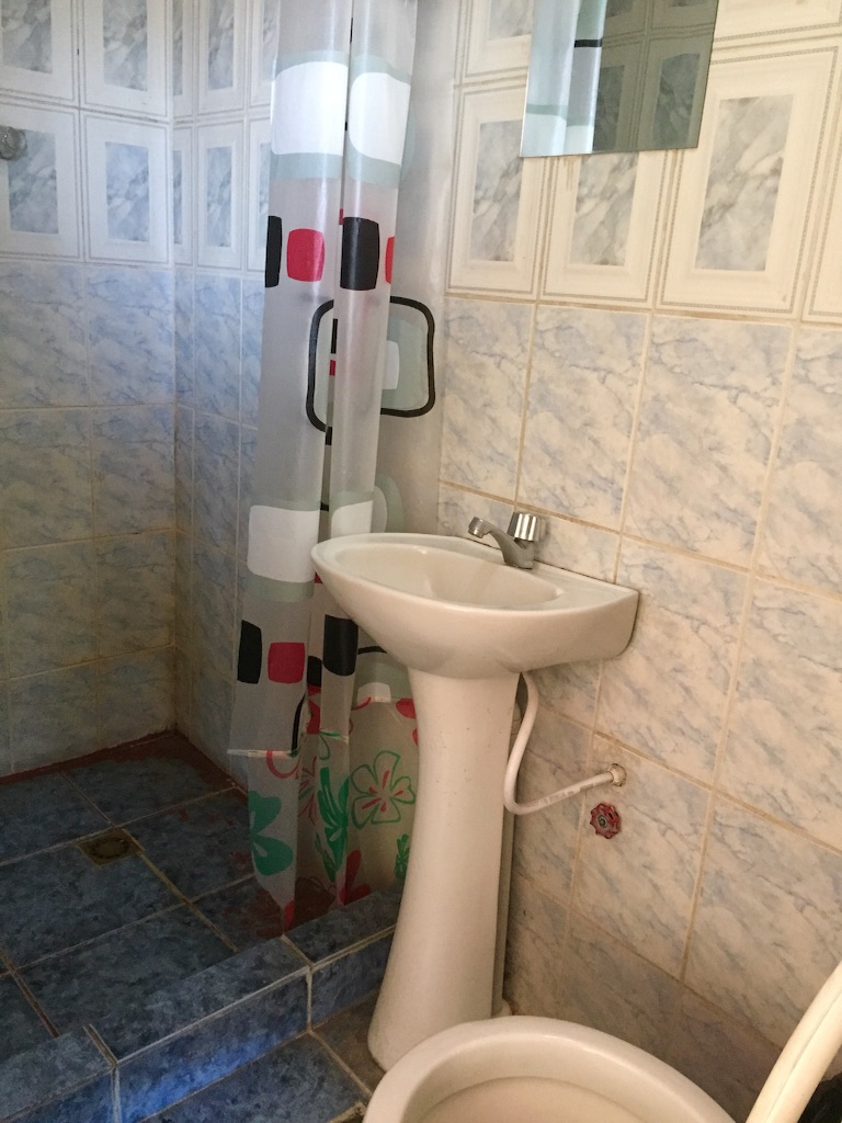 ウユニの宿 簡易的なシャワーとトイレ