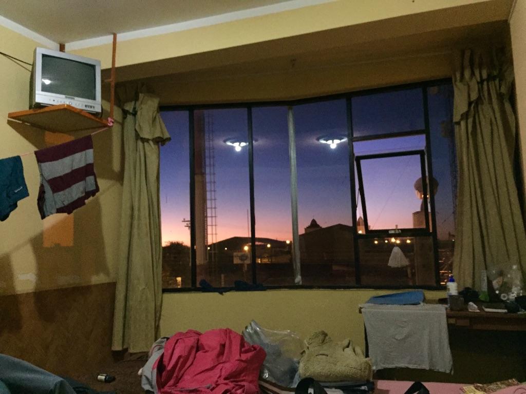 ウユニの宿 夕焼けに染まる窓