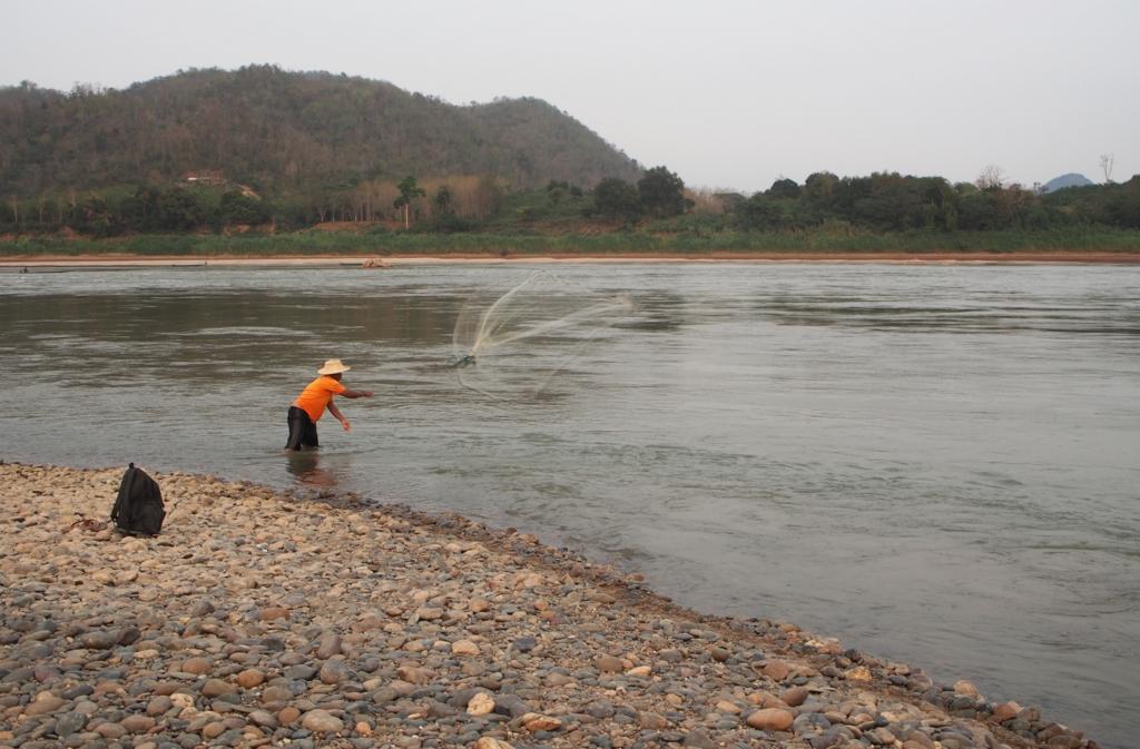 川海老漁の最中の漁師さん