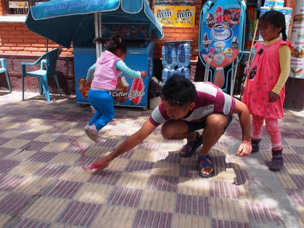 ウユニの町で子どもと遊び 呼吸が苦しくなる