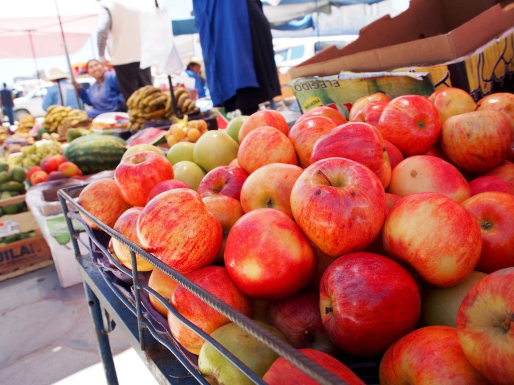 ウユニの町のメルカド りんごが美味しい