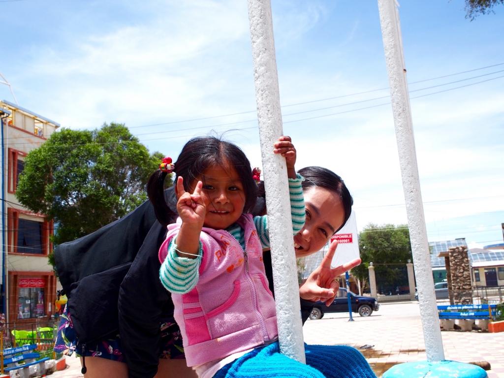 ウユニの町で地元の子どもと遊ぶ