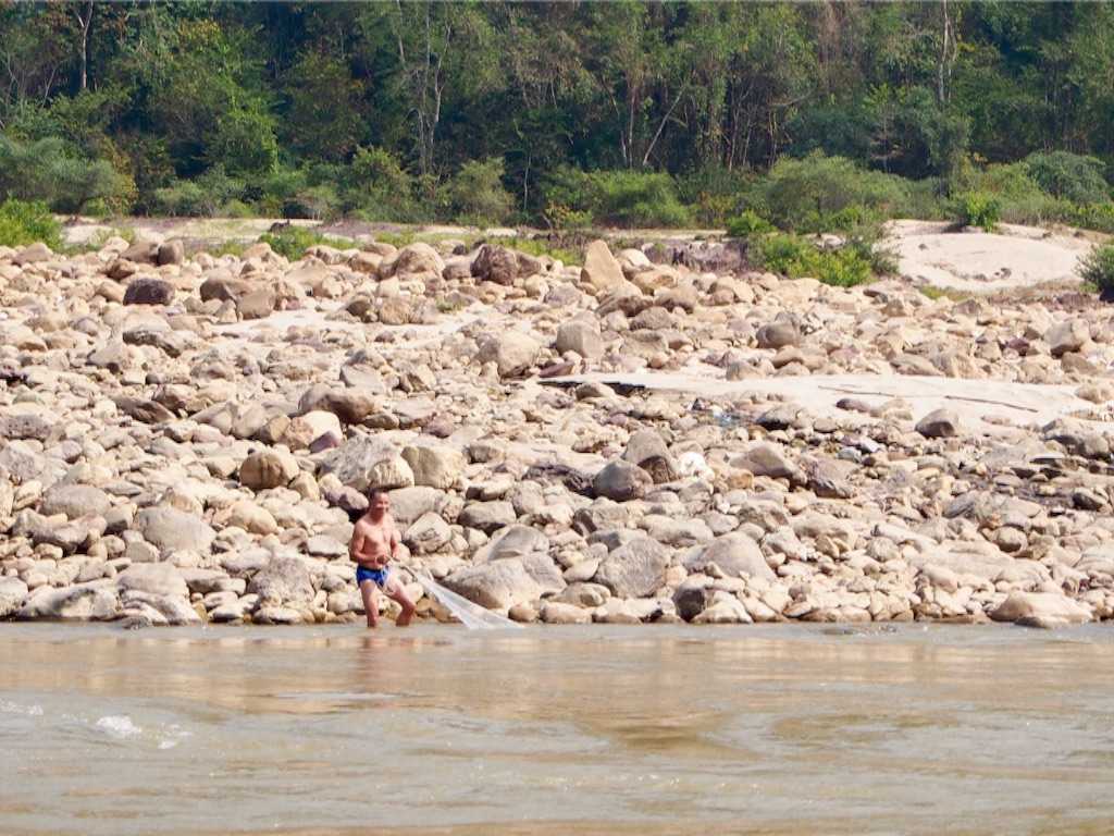 漁をしているおじさままでワイルドなメコン川(笑)
