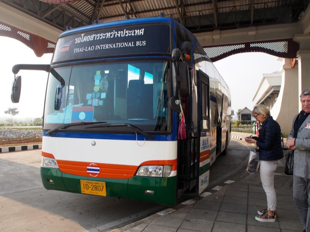 イミグレ間を走っているバスが無駄に綺麗(笑)