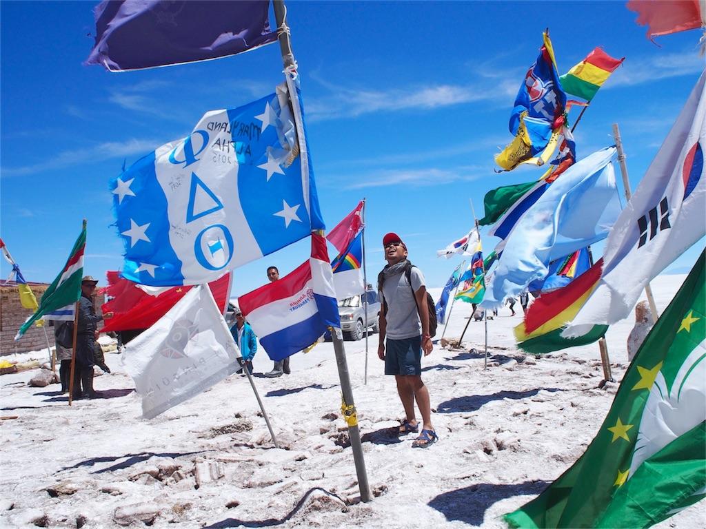 塩のホテルにたくさん立っている各国の国旗