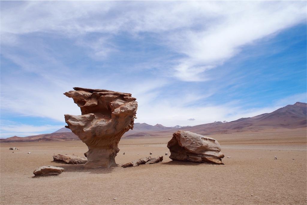 倒れそうなのにちゃんと立っている岩