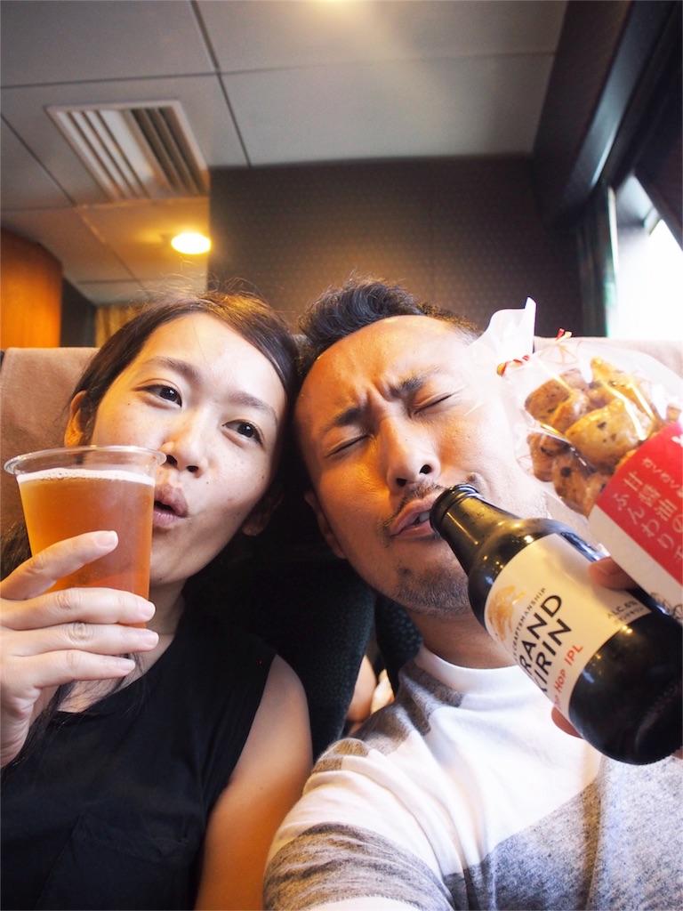 ビートル船内でビールとおつまみを楽しむ