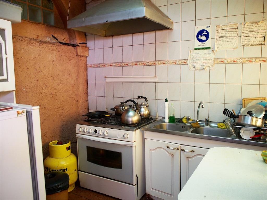 チリ アタカマの宿の広々キッチン